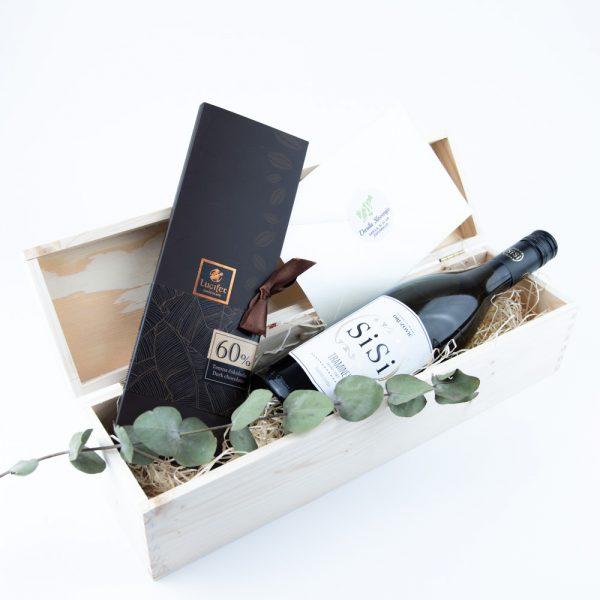 Darilna lesena škatla vino in čokolada