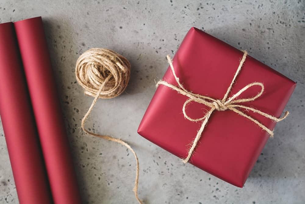 Izbira barve papirja za zavijanje darila