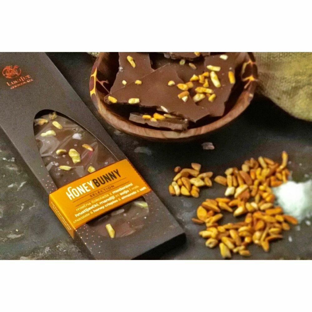 mlečna čokolada z medom, mandlji in soljo