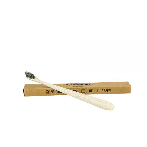 Zobna ščetka z mehkimi ščetinami impregniranimi z ogljem
